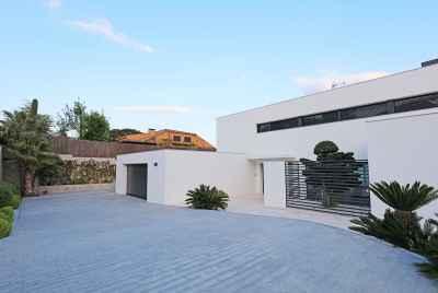 Элегантная вилла с бассейном, джакузи и видом на море в 30 км от Барселоны